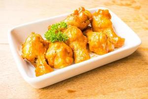 Ailes de buffle grillées dans une assiette blanche photo