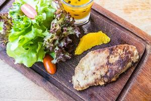 steak de foie gras aux légumes et sauce sucrée
