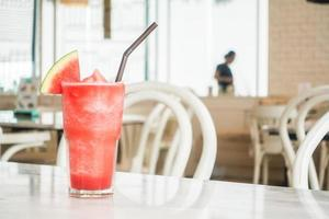 jus de pastèque glacé en verre photo