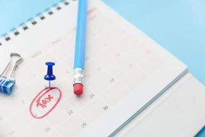 concept de jour fiscal avec cercle rouge sur la date du calendrier