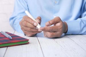 main mesurant le niveau de glucose à la maison