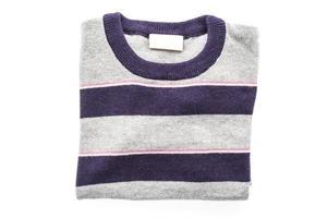 Chemise pull en laine sur fond blanc photo