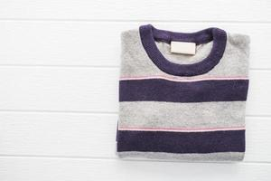 Chemise pull en laine sur fond blanc