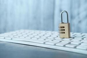 Concept de sécurité Internet avec cadenas sur le clavier de l'ordinateur