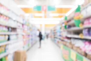 Intérieur abstrait de supermarché défocalisé pour le fond