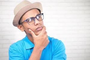 homme réfléchi avec chapeau et lunettes à la recherche de suite photo