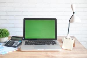 ordinateur portable avec écran vide sur le bureau