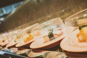 plateau de sushi sur tapis roulant