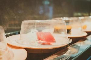 plateau de sushi sur tapis roulant photo