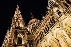 Le parlement hongrois à budapest sur le danube dans les veilleuses des lampadaires