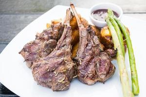 steak de côte d'agneau grillé