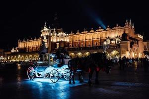 Cracovie, Pologne 2017- la vieille place de la nuit à Cracovie avec des calèches