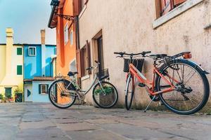 Des vélos dans le quartier touristique de la vieille ville provinciale de Caorle en Italie photo