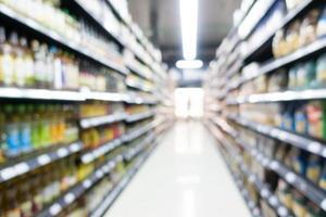 Intérieur abstrait de supermarché défocalisé pour le fond photo