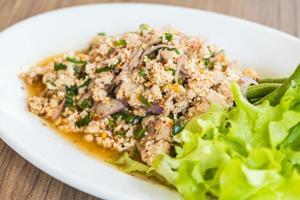 salade de poulet haché épicé