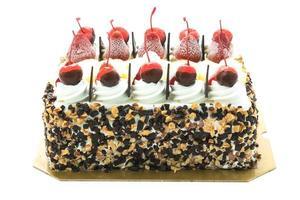 gâteau à la crème glacée avec cerise sur le dessus photo
