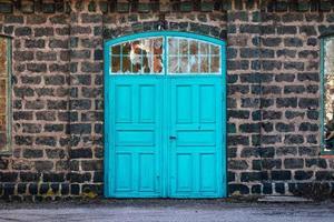 Porte d'entrée d'un ancien bâtiment de l'aciérie en parpaings photo