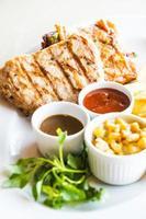 côtelette de porc et steak de poulet
