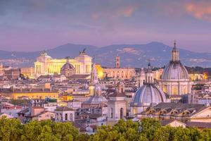 Vue de dessus des toits de la ville de Rome depuis le château de Sant'Angelo photo