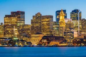 Vue panoramique sur les toits de Boston avec des gratte-ciel au crépuscule aux États-Unis