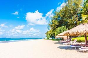 parasol et chaise sur la plage
