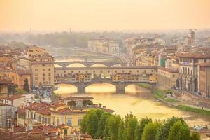 Ponte Vecchio et Florence City skyline du centre-ville paysage urbain de l'Italie photo