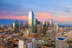 Dallas, Texas cityscape avec ciel bleu au coucher du soleil photo