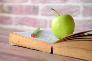 pomme sur un livre ouvert photo