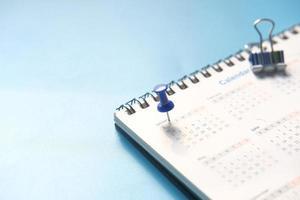 punaise sur la date du calendrier de janvier photo