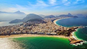 Vue aérienne de la célèbre plage de Copacabana et de la plage d'Ipanema à Rio de Janeiro photo