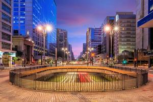 avenue paulista au crépuscule à sao paulo photo