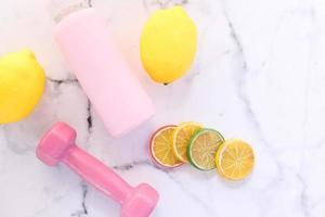 accessoires de fitness roses avec des agrumes photo