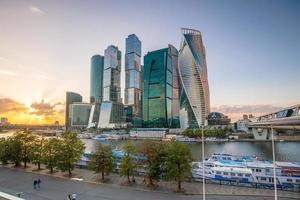 gratte-ciel modernes des toits de la ville de moscou photo