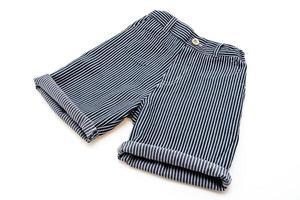 pantalon court sur fond blanc photo