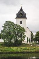 Église en pierre blanche en Suède photo