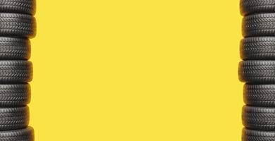 fond jaune avec deux colonnes de pneus photo