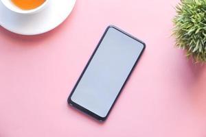 téléphone intelligent maquette sur fond rose