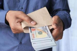 mettre de l'argent dans une enveloppe brune photo