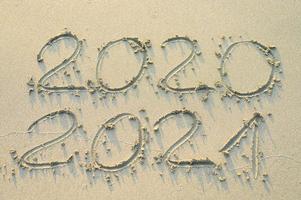 inscription sur le sable d'or dit 2020 et 2021 photo
