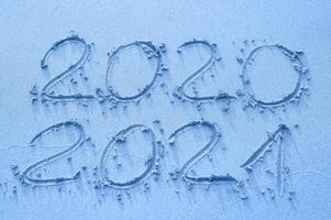 texte manuscrit sur le sable d'or 2020 et 2021 photo
