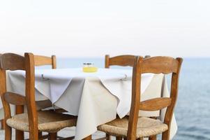 Tables de café sur la mer, mise au point sélective photo