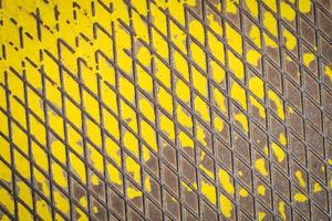 Vieux plancher métallique avec peinture jaune photo