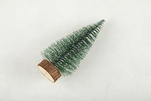 un arbre de noël jouet sur fond blanc photo