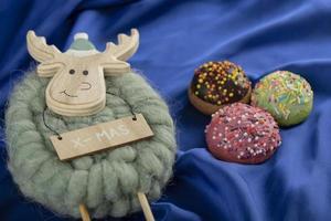 beignets sucrés colorés avec un jouet de cerf de Noël photo
