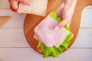 maman fait un sandwich pour le déjeuner scolaire photo