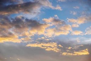 couleurs du coucher du soleil sur les nuages photo