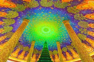 Bangkok, Thaïlande 2020 - vue intérieure de la pagode de couleur verte à l'intérieur d'un temple bouddhiste