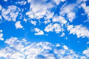 ciel bleu idyllique avec des nuages blancs photo