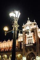 Cracovie, Pologne 2017- nuits dans l'ancienne zone commerciale de Cracovie avec les lumières des réverbères photo