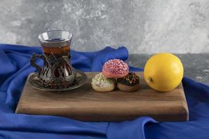 beignets sucrés colorés avec une tasse de thé photo